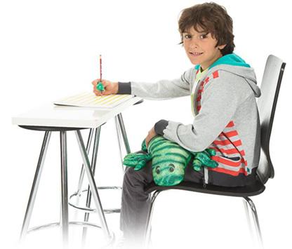 Garçon sur une chaise avec manimo